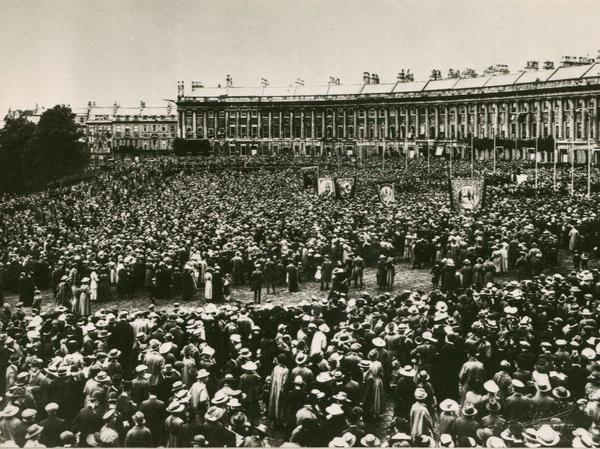 Black and white photo of large crowds in front of the Royal Crescent in 1919